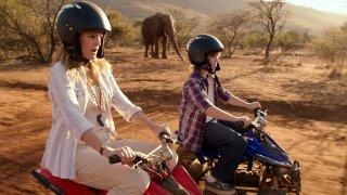 Kyle Red Silverstein insieme a Drew Barrymore in una scena di Insieme per forza