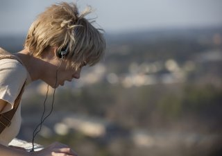 Halt and Catch Fire: Mackenzie Davis nell'episodio Close to the Metal