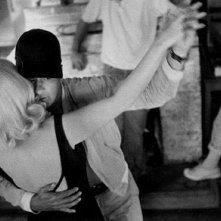 Eli Wallach si stringe a Marilyn Monroe ne Gli spostati