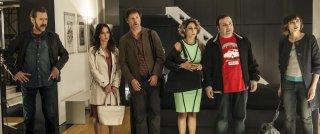 Confusi e felici: l'allegra combriccola del film in una scena