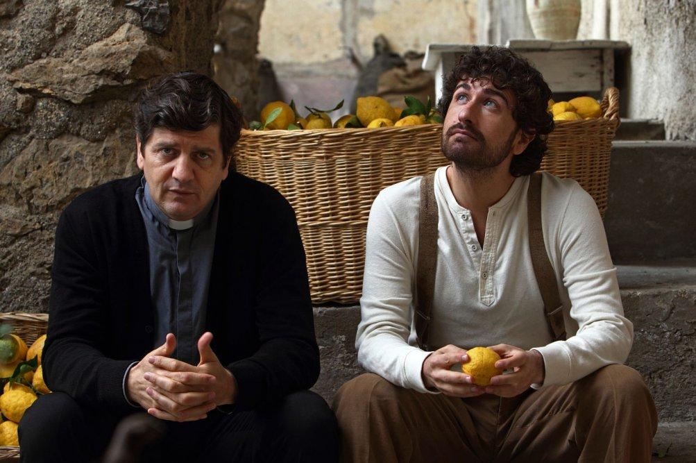 Si accettano miracoli: Alessandro Siani con Fabio De Luigi in una scena del film
