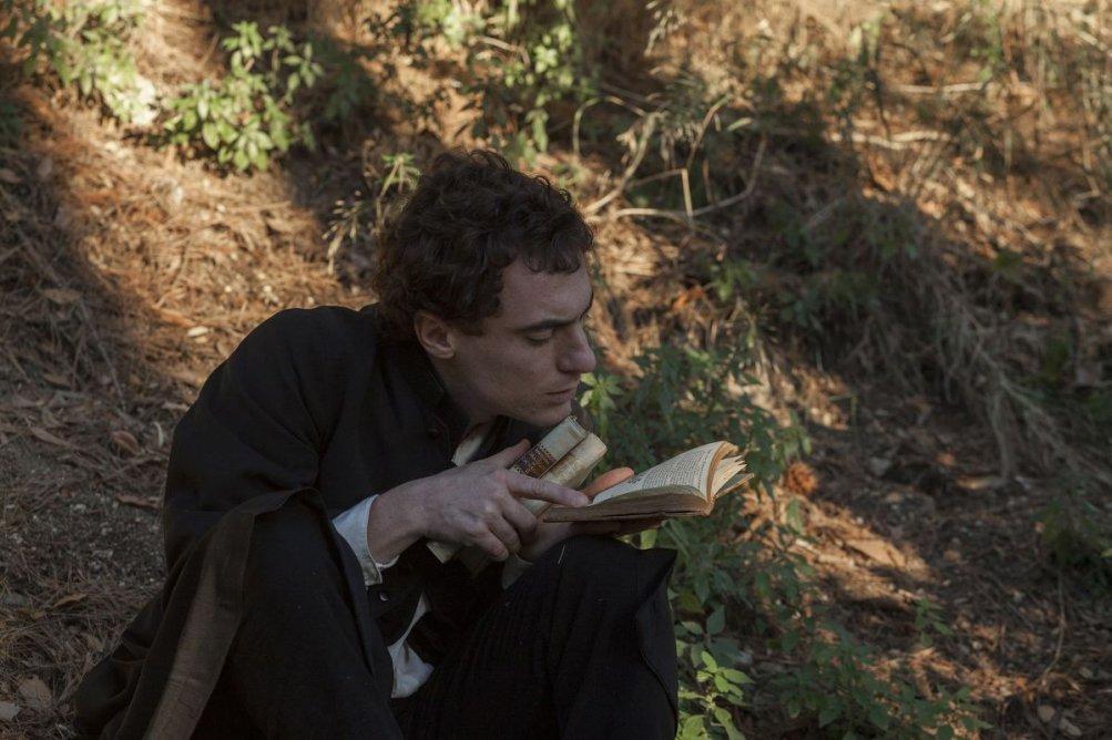 Il giovane favoloso: Elio Germano nei panni di Giacomo Leopardi in una scena del film