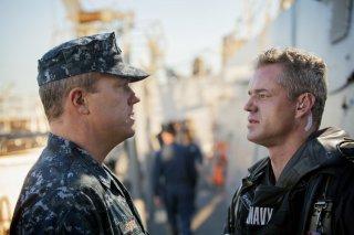The Last Ship: Eric Dane con Adam Baldwin nell'episodio Welcome to Gitmo