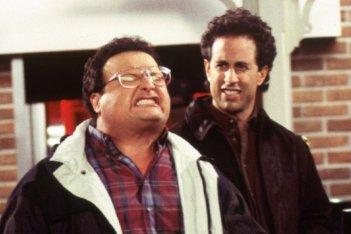 Seinfeld: Wayne Knight e Jerry in una scena della seire