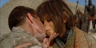 Planet of the Apes - Il pianeta delle scimmie: Mark Wahlberg bacia Helena Bonham Carter
