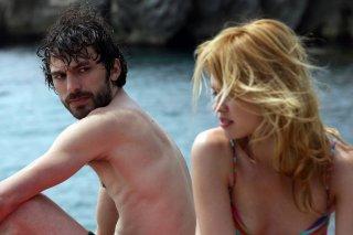 L'estate sta finendo: Fabio Ghidoni con Nathalie Rapti Gomezuna in una scena del film