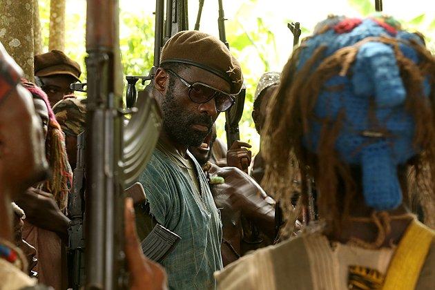 Beasts of No Nation: la prima immagine di Idris Elba circondato da comparse