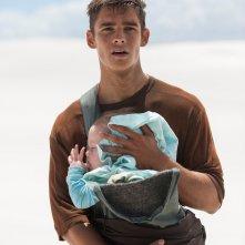 The Giver - Il mondo di Jonas: Brenton Thwaites stringe un bambino in braccio