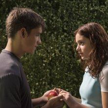 The Giver - Il mondo di Jonas: una romantica immagine di Brenton Thwaites e Odeya Rush