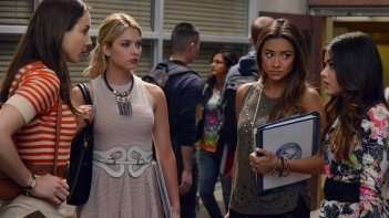 Pretty Little Liars: Lucy Hale, Troian Bellisario, Ashley Benson, Shay Mitchell in Surfing the Aftershocks