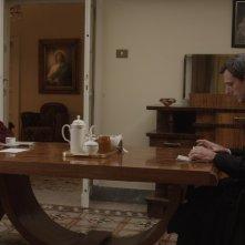 Carmen Maura e Stefano Dionisi a tavola in una scena de La madre