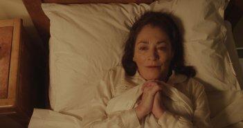 Un primo piano di Carmen Maura assorta in preghiera in una scena de La madre