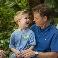 Il Paradiso per Davvero: Greg Kinnear con Connor Corum sono padre e figlio in una scena del film