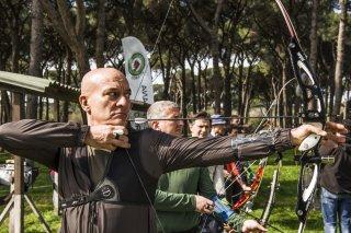 Confusi e felici: Claudio Bisio tira con l'arco in una scena del film