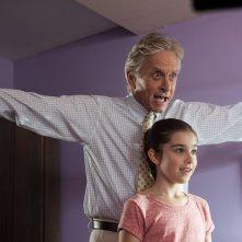 Michael Douglas con la 'nipotina' Sterling Jerins in una scena di Mai così vicini