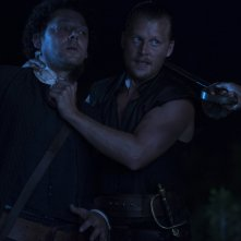 Crossbones: Richard Coyle e David Hoflin nell'episodio Antoinette
