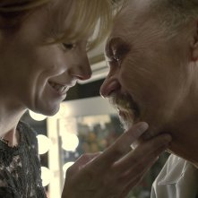 Amy Ryan e Michael Keaton in una tenera scena del film