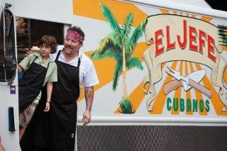 Chef - La ricetta perfetta: Jon Favreau ed Emjay Anthony davanti al loro furgoncino