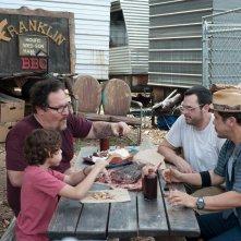 Chef - La ricetta perfetta: Jon Favreau, John Leguizamo, Aaron Franklin ed Emjay Anthony a tavola