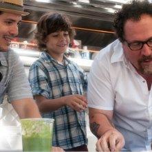 Chef - La ricetta perfetta: Jon Favreau con Emjay Anthony e John Leguizamo in una scena