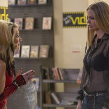 True Blood: Tara Buck e Kristin Bauer nell'episodio Death Is Not the End