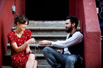 Begin Again - Tutto può cambiare: Keira Knightley e Adam Levin in una scena del film