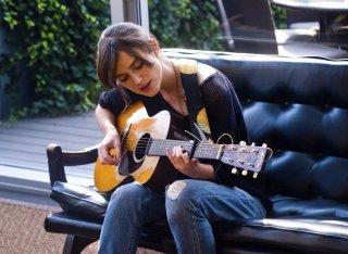 Begin Again - Tutto può cambiare: Keira Knightley suona la chitarra