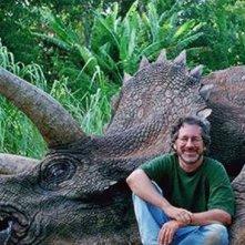 Jurassic Park: Steven Spielberg sul set in posa davanti a un triceratopo