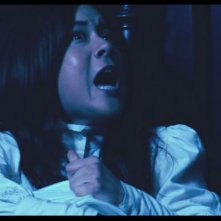 Anna Ishida in una drammatica sequenza dell'horror I Am a Ghost