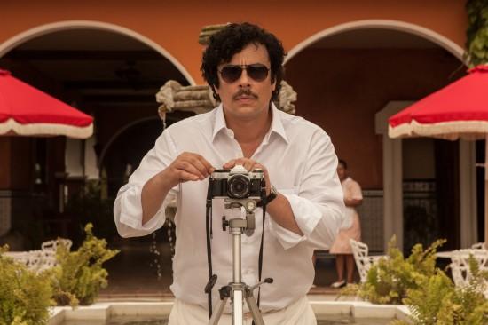 Paradise Lost: Benicio del toro scatta una foto nei panni di Pablo Escobar