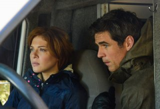 Under the Dome: Rachelle Lefevre con Eddie Cahill nell'episodio Force Majeure