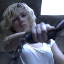 Lucy: Scarlett Johansson impugna una pistola