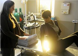 Extant:  Camryn Manheim e Halle Berry nell'episodio Extinct