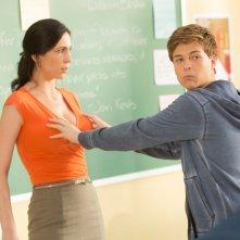 Io vengo ogni giorno: John Karna tasta la 'situazione' con Cara Mantella in una scena del film