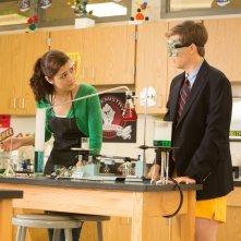 Io vengo ogni giorno: John Karna con Katie Findlay in laboratorio in una scena del film