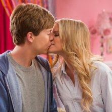 Io vengo ogni giorno: John Karna bacia la bella Carlson Young in una scena del film