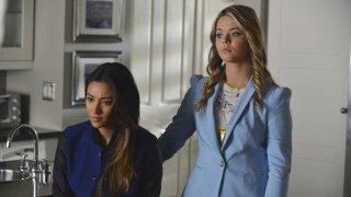 Pretty Little Liars: Sasha Pieterse e Shay Mitchell nell'episodio Run, Ali, Run