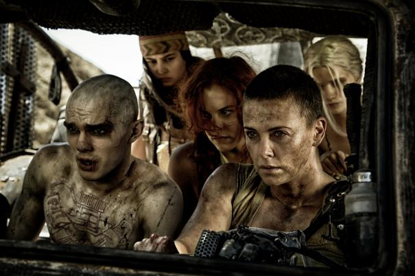 Mad Max: Fury Road - Charlie Theron, Nicholas Hoult e gli altri superstititi a bordo di un furgone