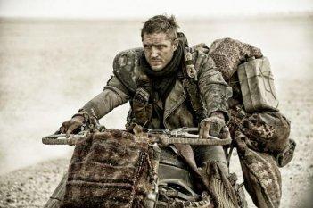 Mad Max: Fury Road - Tom Hardy attraverso il deserto in motocicletta carico di bagagli