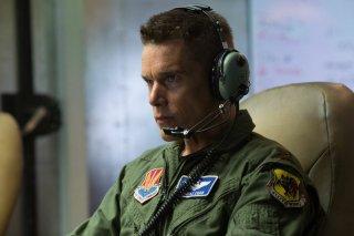 Godd Kill: Ethan Hawke concentrato durante una missione