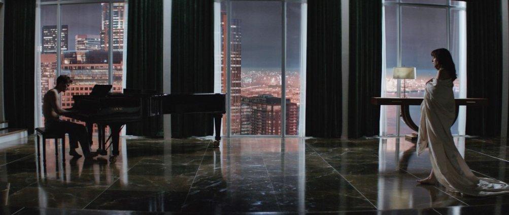 Cinquanta sfumature di grigio: Dakota Johnson e Jamie Dornan in una scena del film