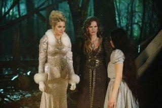 C'era una volta: Sunny Mabrey, Rebecca Mader, Matreya Scarrwener in una scena