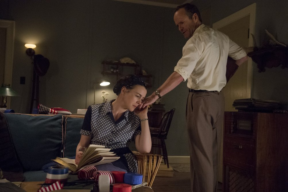 Manhattan: Olivia Williams e John Benjamin Hickey nel pilot della serie