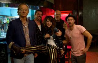 Rock the Kasbah: foto di gruppo sul set. Zooey Deschanel insieme a Bill Murray, Bruce Willis, Danny McBride e Scott Caan