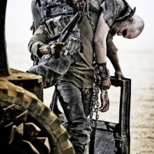 Mad Max: Fury Road - Tom Hardy porta un prigioniero incatenato in spalla
