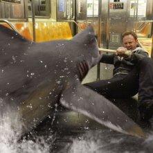 Sharknado 2: Ian Ziering combatte con uno squalo