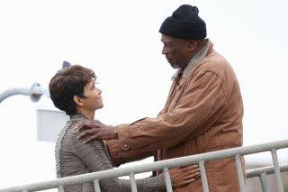 Extant: Halle Berry e Louis Gossett Jr. nell'episodio Shelter