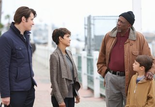 Extant: Louis Gossett Jr. e il cast nell'episodio Shelter