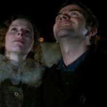 Astrid Adverbe e Pascal Cervo guardano il cielo in una scena di White Nights on the Pier