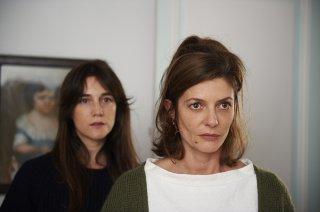 Tre cuori: Charlotte Gainsbourg e Chiara Mastroianni sorelle in crisi in una scena